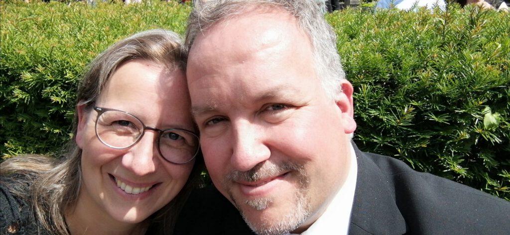 Bernadette und ihr Mann mit den Köpfen aneinandergelehnt